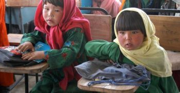 Två barn i skolbänk.