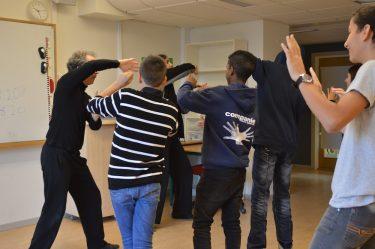 Elever och pedagoger dansar.