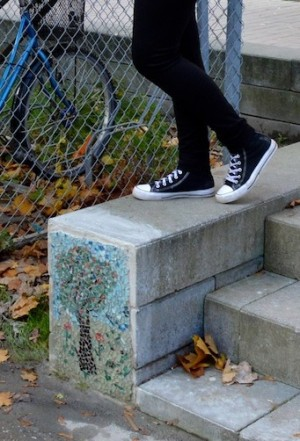Fötter står i stentrappa.