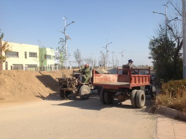 Två traktorer möts.