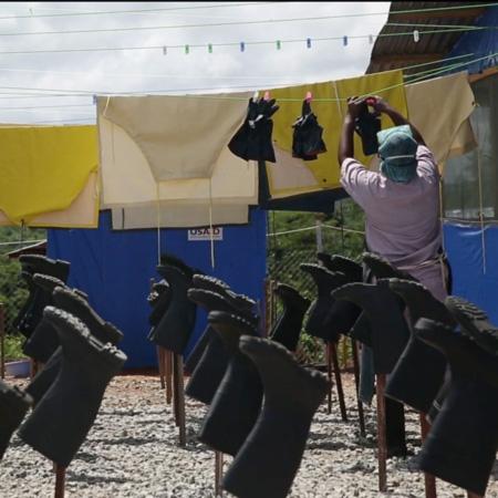 Kvinna hänger plasthandskar på tork.