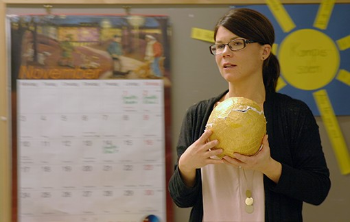 Anna håller upp guldboll.