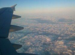 Moln sett från flygplansfönster.