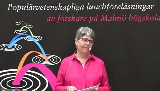 Kvinna föreläser framför presentation.