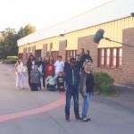 Elever framför skola med mikrofon ovanför huvudena.