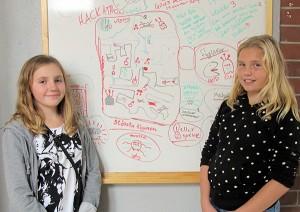 Två av eleverna skapade under eftermiddagen ett Pacman-spel. I bakgrunden syns derasprojektplan.