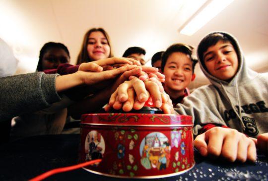 Elever trycker på stor röd knapp.