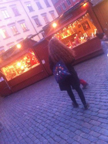 Kvinna på julmarknad i gamla stan.