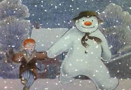 Tecknad snögubbe håller pojke i hand.