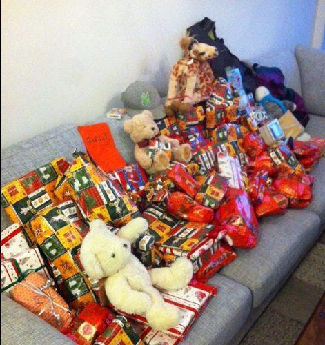 Julklappar ligger i soffa.