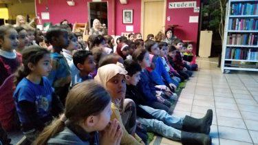 Barnen sitter i publiken.