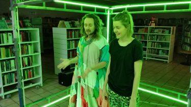 Man och kvinna står i grönt ljus.