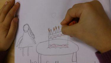 Barnhänder tecknar.
