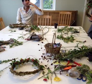 Olika växter ligger på ett bord.