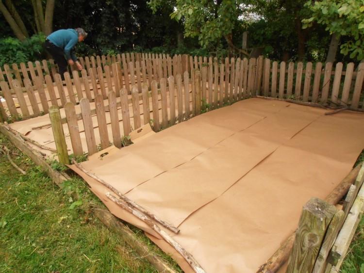 Konstverk bestående av trästaket byggs upp.