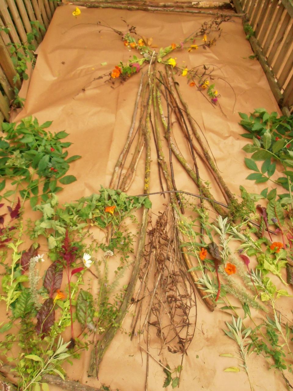 Mönster av växter och pinnar.