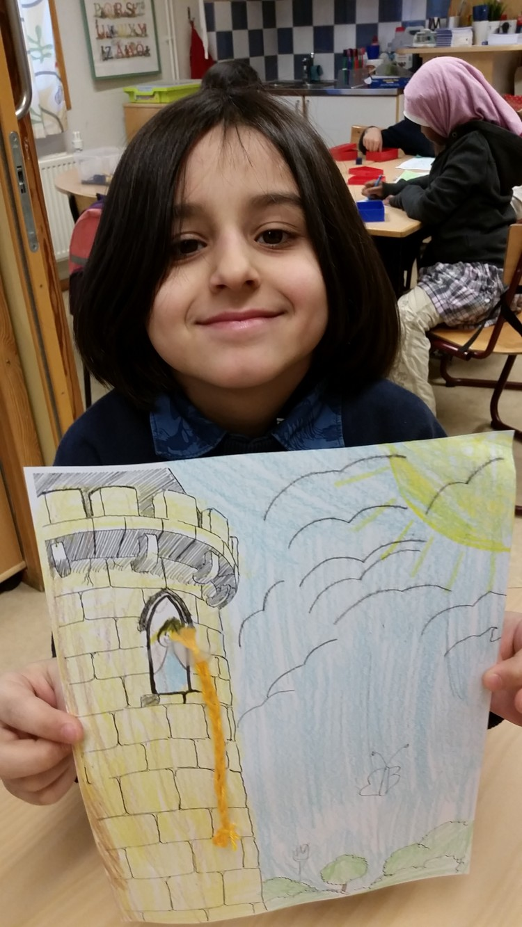 Barn visar en teckning.