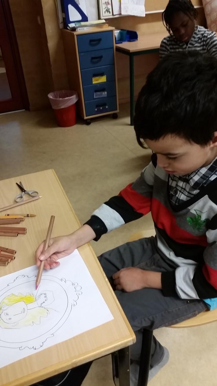 Barn ritar en prinsessa.