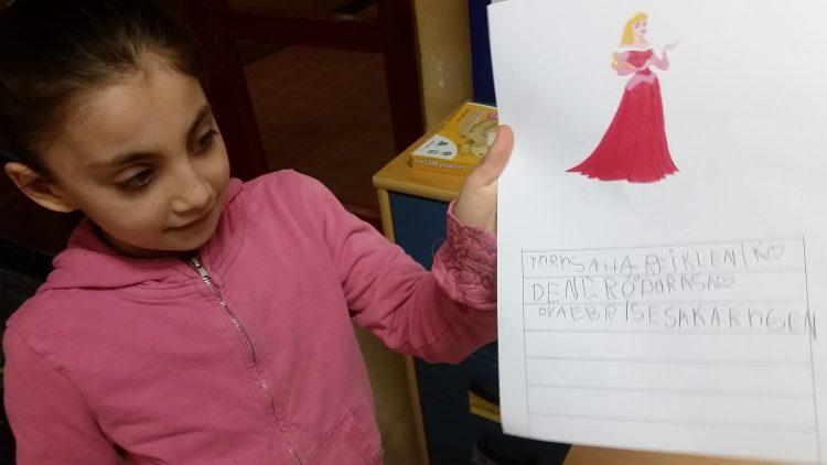 Elev håller i skrivuppgift med text om saga.