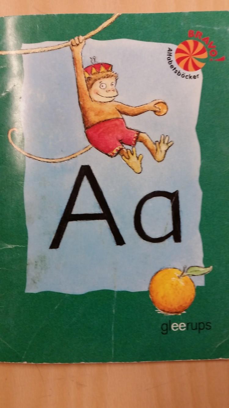 Bokstaven A illustreras med en apa och en apelsin.