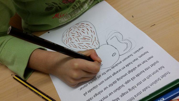 Ett barn tecknar ett troll.