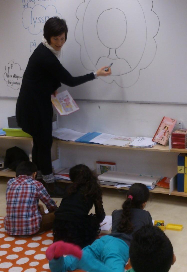 Pedagog ritar på en tavla.