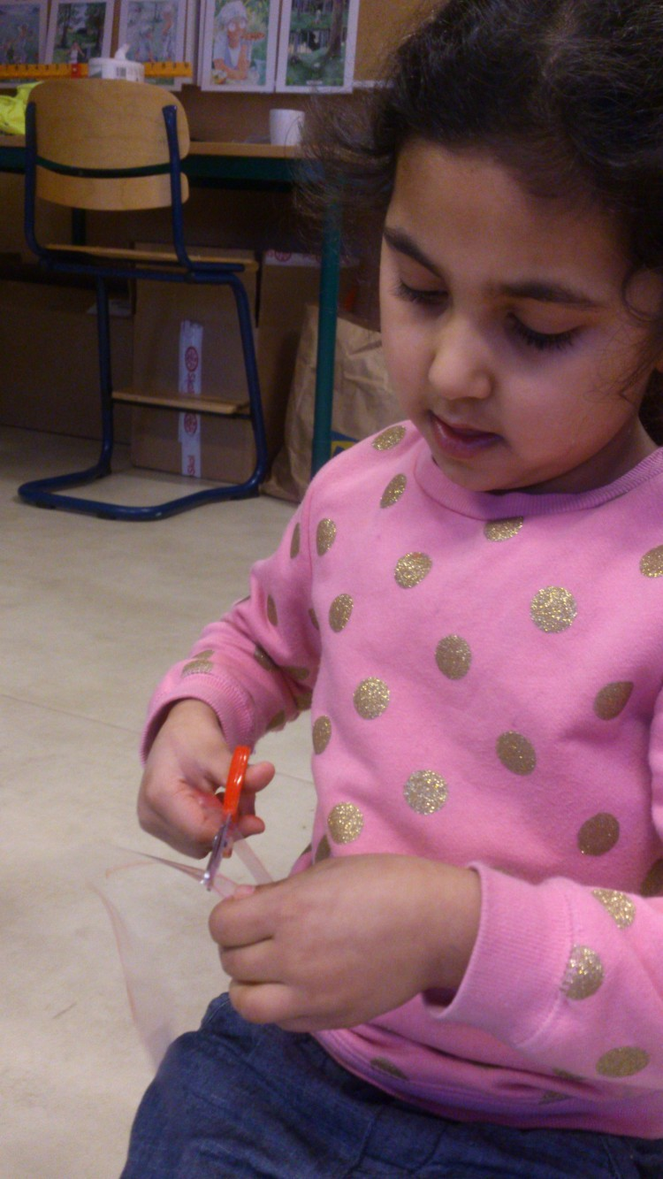 Ett barn klipper i papper.
