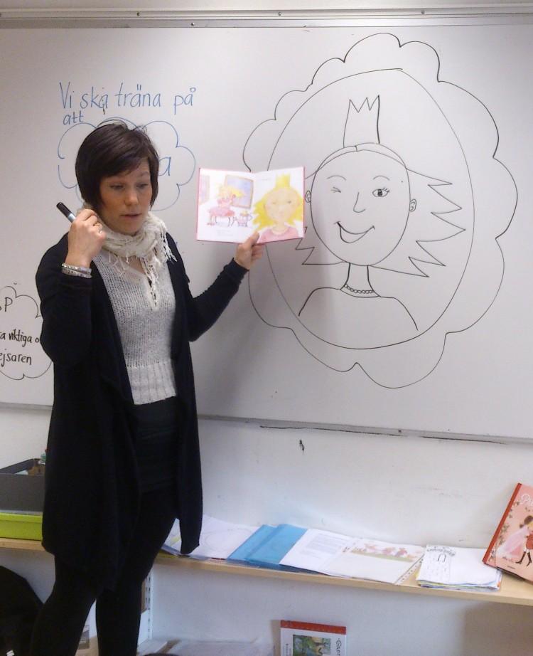 Pedagog ritar prinsessa på tavla.