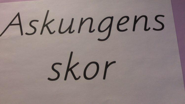 "Texten ""Askungens skor""."