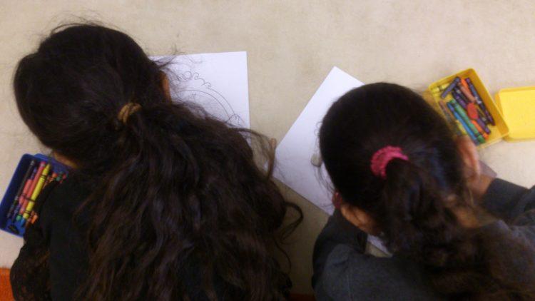 Två barn ritar.
