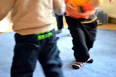 Två barn dansar.