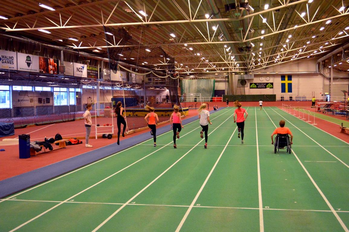 Elever tränar på löparbanor.
