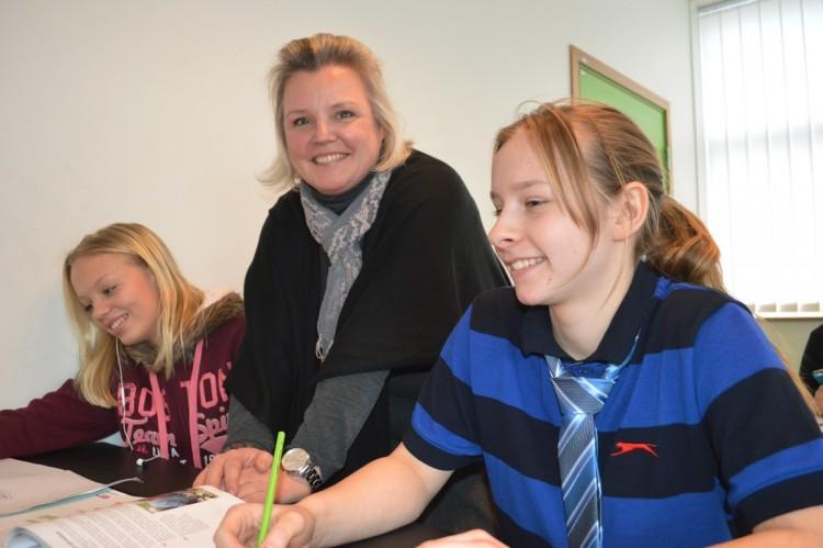 Pedagog och elever i klassrum.