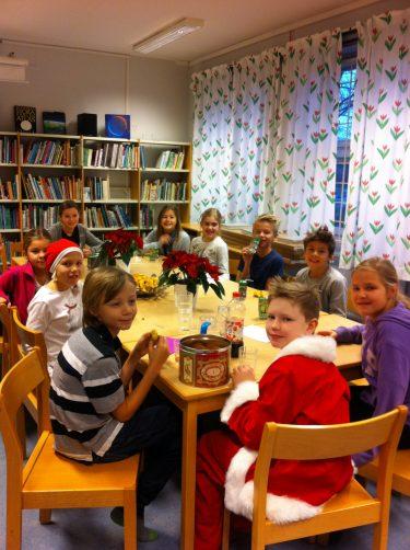 Barn fikar vid ett bord.