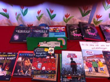 Böcker ligger på ett bord.