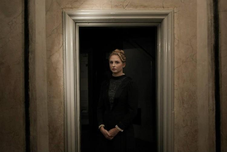 Tavla med porträtt på kvinna.