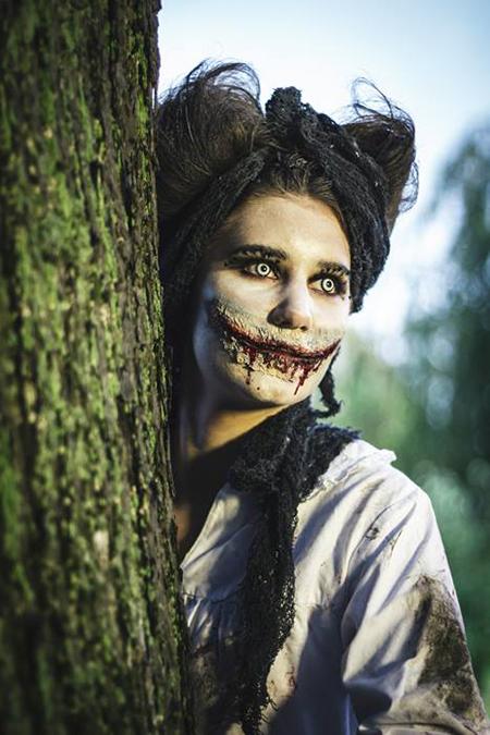 Kvinna med zombiesminkning.