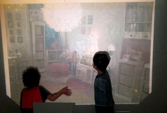 Två barn framför projicerad bild.
