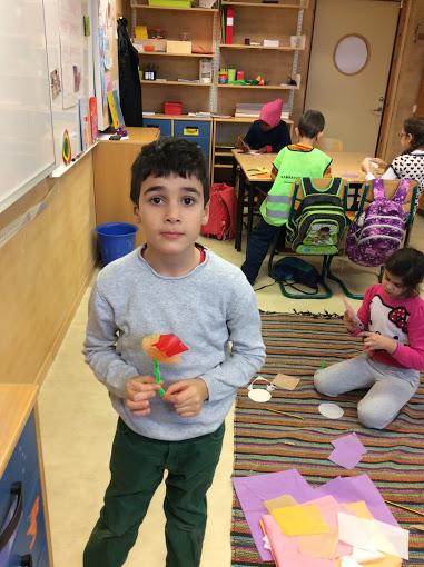 Ett barn visar upp en pappblomma.