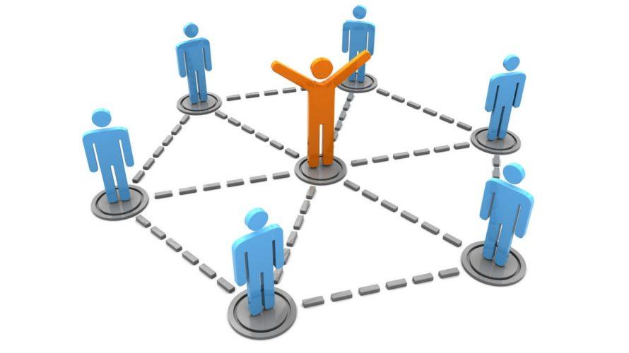 3D-illustration där en orange ledare står i mitten av en cirkel med blå tecknade gubbar.