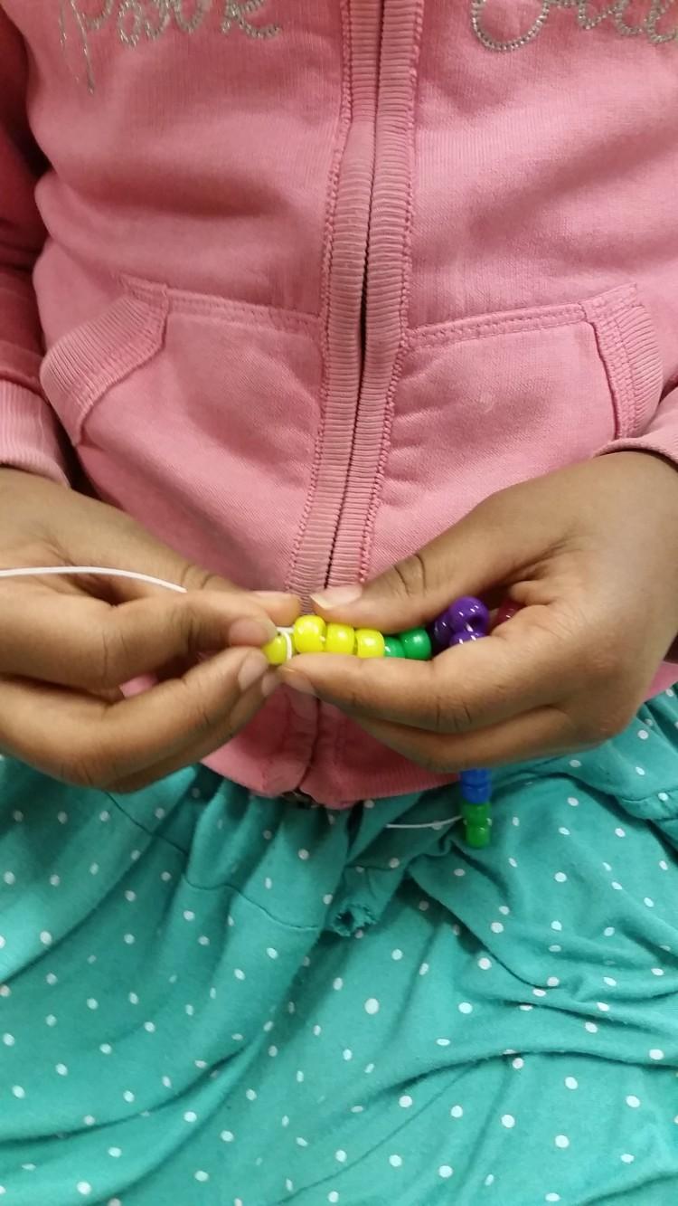 Elev räknar pärlor.