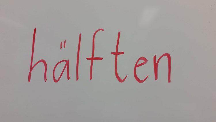 Ordet hälften står på tavlan.
