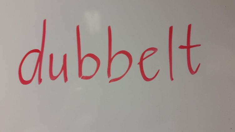 ordet dubbelt står på tavlan.