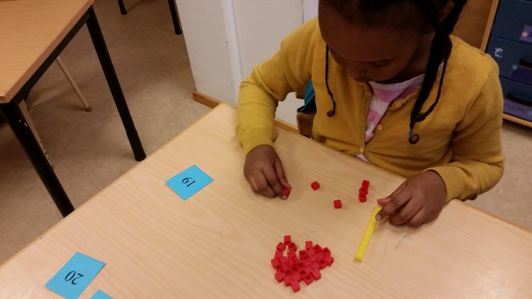 Elev jobbar med klossar och siffror.