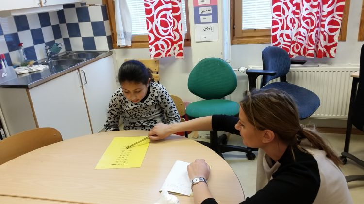 Lärare hjälper elev.