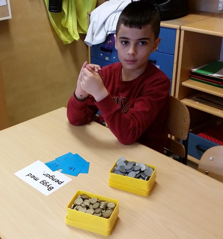 Elev jobbar med siffror.