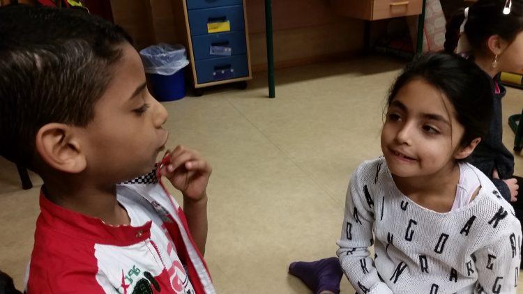 Elever pratar med varandra.