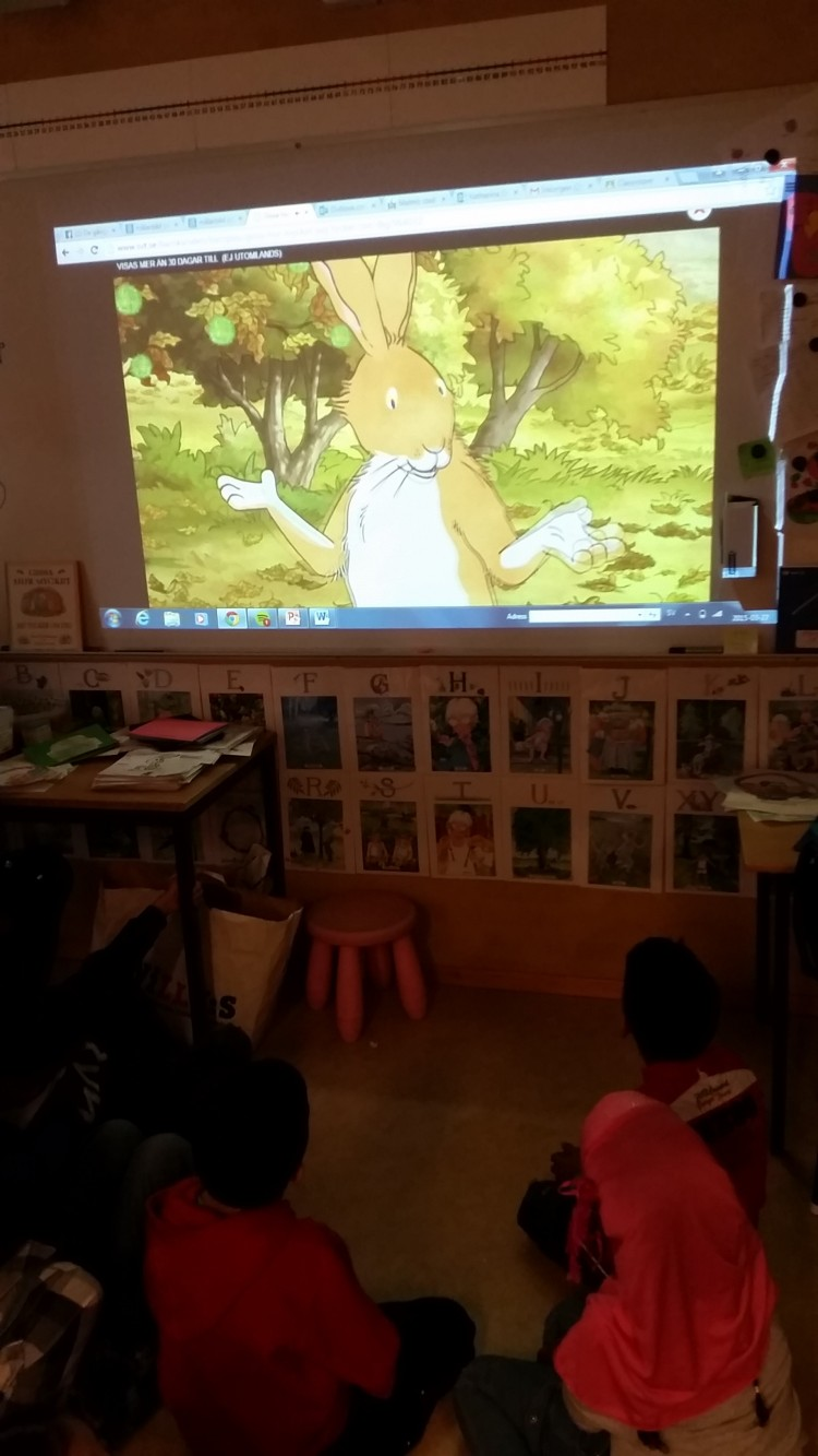 Tecknad film visas för barngrupp.