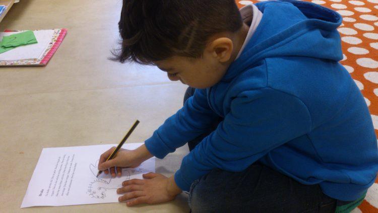 Barn ritar på golvet.