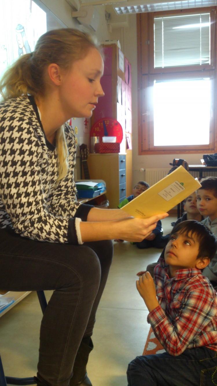 Lärare läser för barngrupp.